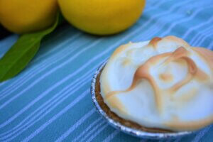 kidney-friendly dessert: lemon meringue pie on blue background